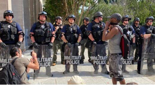 خبرنگاران بکار گیری پلیس زندان های آمریکا برای سرکوب اعتراضات مردمی